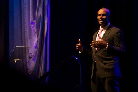 El maestro de ceremonias anuncia los ganadores de los Premios a los Mejores Lugares para Trabajar del Condado de Orange