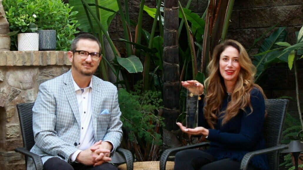 Jeanne y Gideon Bernstein con su premio por su trabajo en la comunidad LGBTQ+